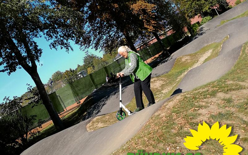 Angelika Vogel auf dem Roller in der Kurpark-Pipe